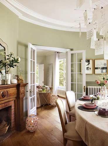 深木色加上复古装饰则立刻显高贵。