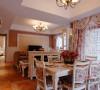 餐厅则是利用窗帘的画龙点睛给整个空间增添美感。