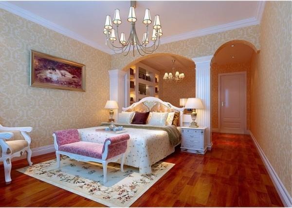 整个卧室一进去,第一感觉就是相当的宽阔,墙壁四周都贴有淡金色花纹的壁纸,做了两个柱子和两个弧形拱门,不错哦。