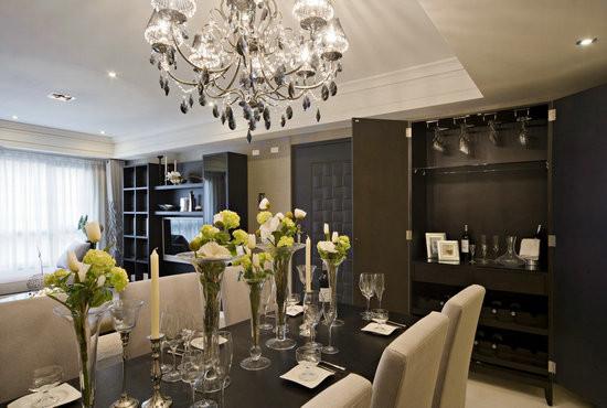 餐桌旁安排家具式轻食酒吧,赋予门片式的设计,轻合后保持了空间利落感