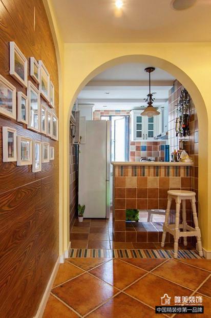 厨房门也是做的拱形的,弯弯的,墙上装饰着铁艺的酒架,可以装些什么小红酒什么的