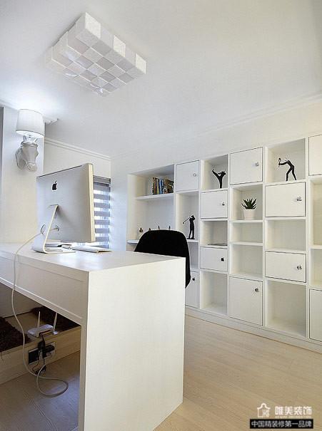 书房满眼是简洁的白色,书桌背后是嵌入式格子架,收纳空间充足。
