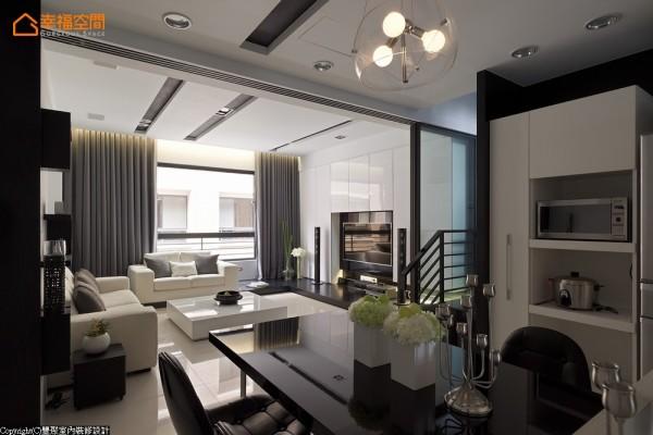 在大面窗景的帮衬下,阳光洒落室内滋润洁白的基底,呈现出屋主想要干净舒爽的感觉。
