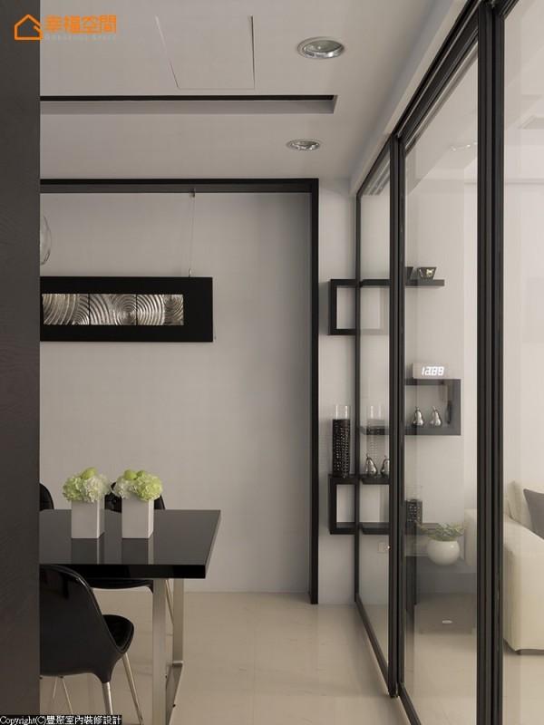 客餐厅两者空间,设计师以玻璃滑门作空间上的区隔,并贴心的将壁柜上的层板作凹槽设计,完整整体美感。