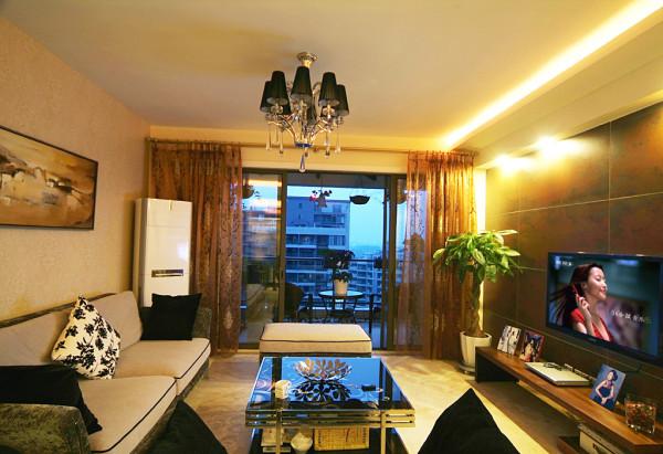 客厅新古典的沙发和水晶吊灯勾勒出典雅的奢华,玻璃隔断上的贴膜雕花和茶几的图案交相呼应