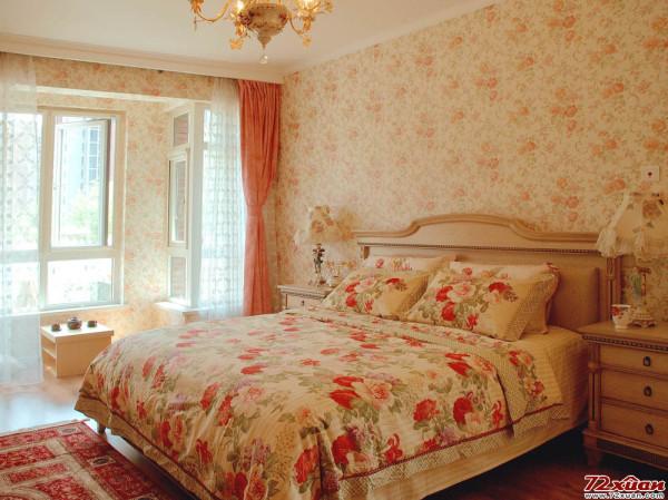 浅色小花朵墙纸与蔷薇大花柔软的床,无不体现主人浪漫的田园风,暖暖的沁人心脾。
