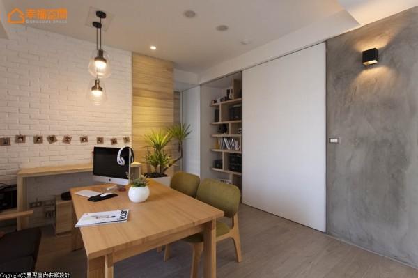 动线餐厅旁单轨轨道门片,连结厨房、书房及主卧空间。