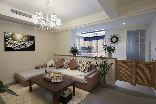 咖啡配米色的转角沙发,实木茶几,米色地毯,像个安静的角落,和谐美好!为了良好的采光又与阳台区域隔开,做个半面隔断,隔断上铺设木质板,可以摆放绿色植物,入口用田园风的百叶木纹隔开。