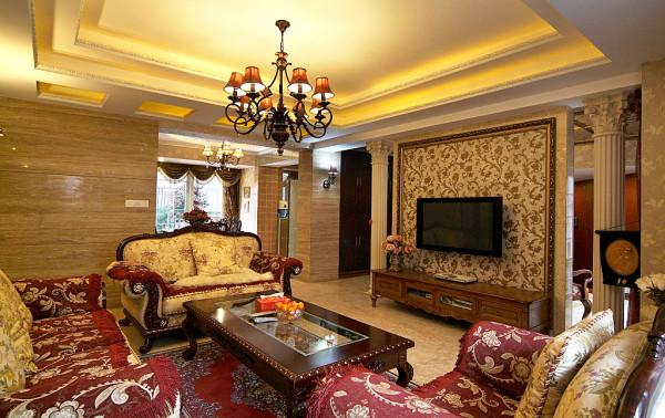 非常浓郁的古典家具、华丽的墙纸,进一步彰显出尊贵与典雅,透露出业主高尚的品味和卓尔不凡的社会地位。