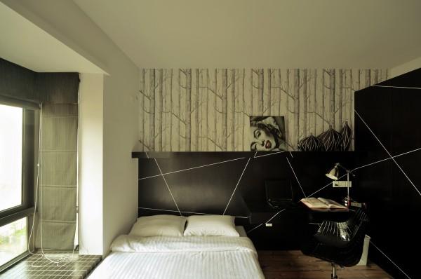 卧室极简,白色的柔软的床是榻榻米形式的,旁边是黑色的书桌椅,一盏台灯,没有更多多余的东西了。次卧则带了一点温馨,床的背景有绿色的光泛出,以免审美疲劳。