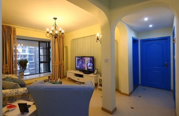 客厅通过以海洋的蔚蓝色为基色调的颜色搭配方案,自然光线的巧妙运用,富有流线及梦幻色彩的线条等软装特点来表述其浪漫情怀。
