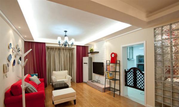 大红色的沙发,跳跃色让整体空间立刻陷入眼帘。简单的白色电视背景墙,旁边黑色的置物架承载着书架和多功能收纳的作用,合理的利用了空间。 看整体客厅,沙发背后的艺术盘装饰品清新自然。