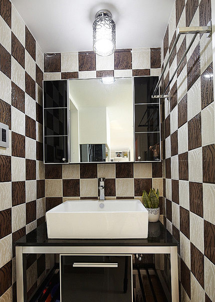 马赛克墙砖,经典的视觉效果,方形面盆,打开门是玻璃门隔开的淋浴空间,干湿分离。