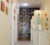 楼梯很有特色,是黑白马赛克贴砖,视觉效果冲击,墙面是宝宝照片,仿佛一步一个脚印慢慢长大的历程,正面是手绘一棵太阳树,寓意阳光美好的每一天。