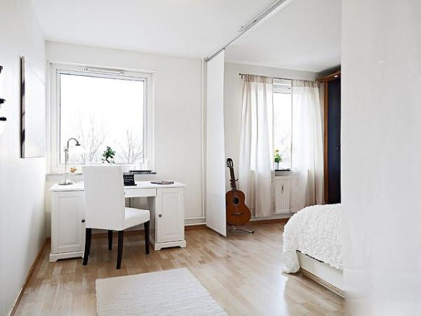 卧室也是以白色调为主的,窗帘、桌椅、床品都是白色为主,衣柜采用深海蓝色作为醒目的点缀,衣柜射灯增添了时尚气息。