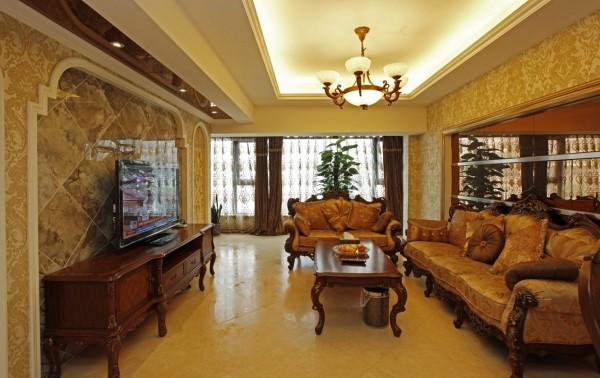 客厅用暖色调的地面材质,与沙发、电视柜等家具色调协调。墙面主要采用典雅的墙纸,顶面简单的树枝状灯饰来营造气氛。深色的橡木家具,色彩厚重的布艺沙发,都是客厅的主角。