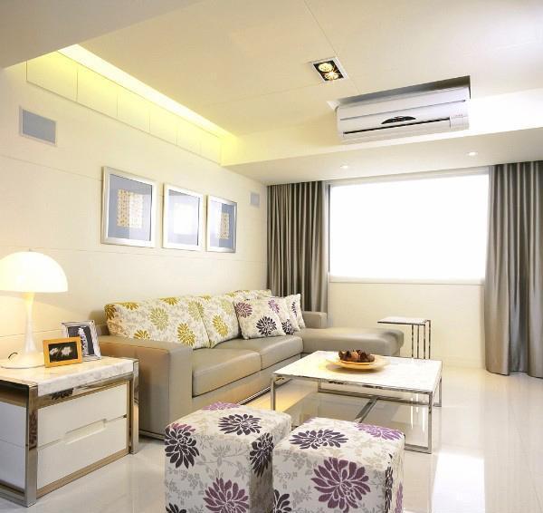 充满阳光的客厅,大花朵靠垫与地凳完美结合,金属质感茶几,浅灰色的大沙发,舒适感十足。