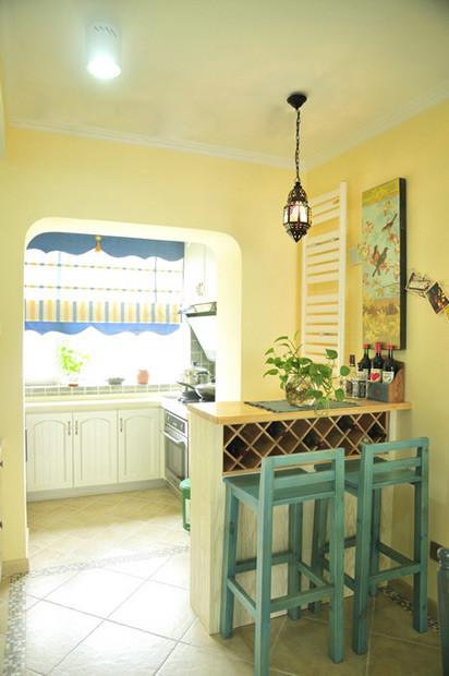 厨房很洁净,白色橱柜为主调,外面设置了一个小小吧台,吧台下面还有红酒格子,实用美观。