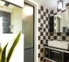 马赛克墙砖,经典的视觉效果,方形面盆,打开门是玻璃门隔开的淋浴空间,干湿分离。主卧内卫浴则很简洁,米色的墙砖干净大方。