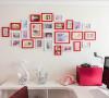 大红色转角沙发,是整个客厅的大亮点,白色靠垫、白色的茶几、白色的电视柜,再搭配黑色的电视背景墙,三种绝配的颜色。唯美的简欧式水晶吊灯让整个客厅顿时生动起来