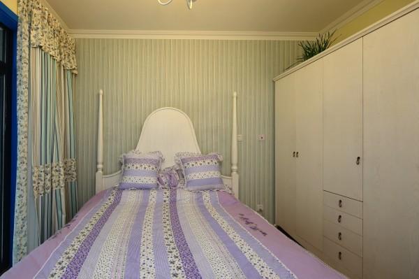 素雅的小细花条纹格子图案是这间卧室主要风格,显得比较随意自然。