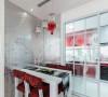餐厅依旧是白色和红色的绝配,白色的餐桌,搭配红色软垫餐椅,银色的背景墙熠熠生辉。
