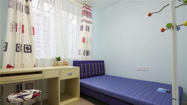 儿童房则清爽明亮一些,淡淡的蓝色墙壁,几何图案窗帘,轻快明亮的风格。