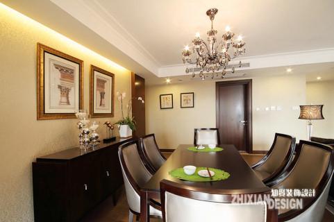 线条流畅的餐桌椅设计,装点氛围的挂画和绿植,让餐厅像清晨无声绽开的睡莲一样,毫不逊色于客厅的大气。此外,餐边柜在欧美设计中式常见的元素,弥补了餐厅的空泛感,一定程度上也起到了装饰作用。