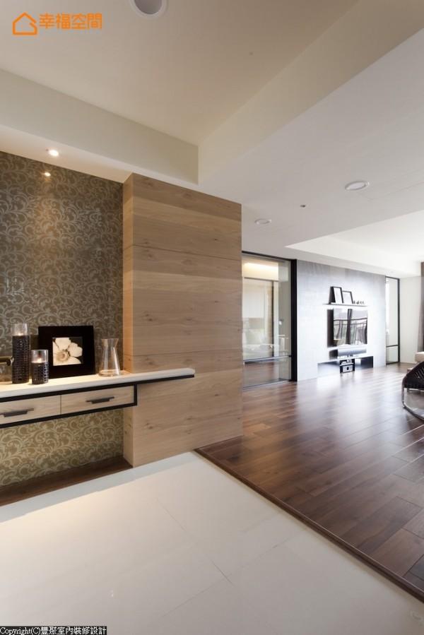 改以夹纱玻璃取代短墙的玄关,在淡色木皮贴覆结构柱体,及铁件柜体的手法处理下,轻化进入室内的行进视野。