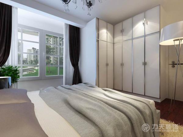 卧室整体温馨舒适,床头背景以软包的形式,配以白色的家具加上阳台充足的采光,形成强烈的冷暖对比使床头增加活力。与此同时卧室通过两幅大型的挂画画龙点睛来让卧室更加魅力。