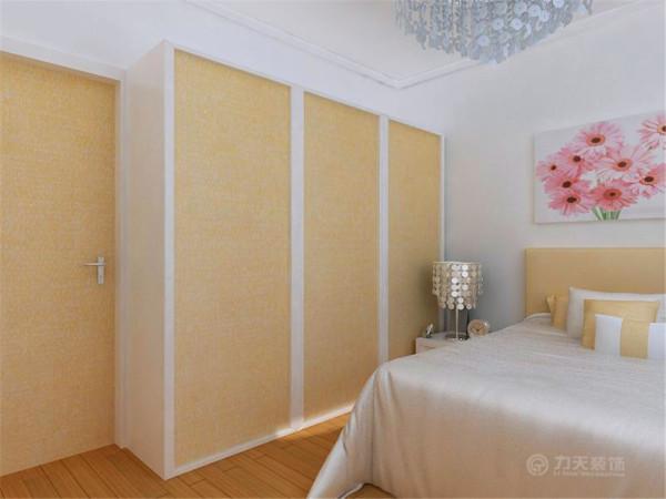 客厅的前面是主卧室和主卫生间相连的屋子,餐厅的前面是次卧室和次卫生间相连的屋子。整个空间以素线和回型吊顶区分不同空间,顶部以石膏线圈边,简洁大方、美观。