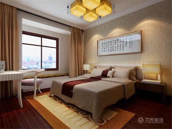 主卧延续了中式风格,而在次卧的表现上,由于是在做孩子的房间,所以这里没有继续用中式风格,而是选择了更适合孩子的现代风格,以小碎花壁纸来体现童趣。