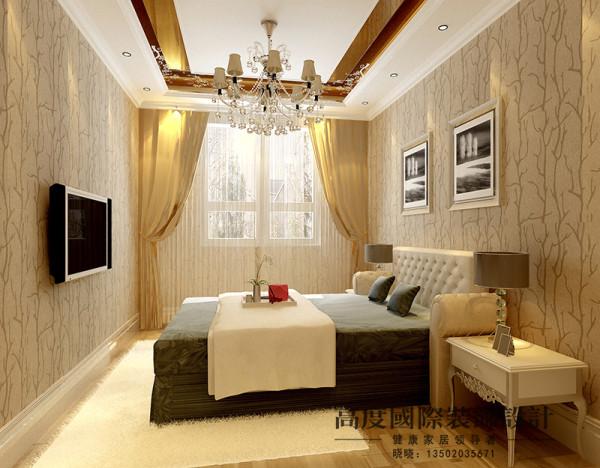 用鎏金吊顶给人一种奢华感,再加上花式壁纸跟人一种欧式风格的大气奢华。