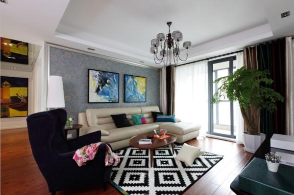 客厅:黑白相间的地毯,给整个客厅凸显出了简单明了的色彩,彩色的抱枕以及后背景的挂画搭配,使得整个空间氛围变得活跃骚动起来,显出整个客厅的重点。正如时雨迷漫,凄凄芳草映绿眼,万花丛中一点红,独立风雨中。