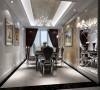 华贵却不雍容,丰富却不复杂,客厅大面积的玻璃窗带来了良好的采光,落地的窗帘很是气派。布艺沙发组合有着丝绒的质感以及流畅的木质曲线,将传统欧式家居的奢华与现代家居的使用性完美的结合。