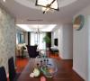 餐厅中间圆形造型,衬托出整个空间的层次感,沉稳的造型与餐桌的简练上下呼应。