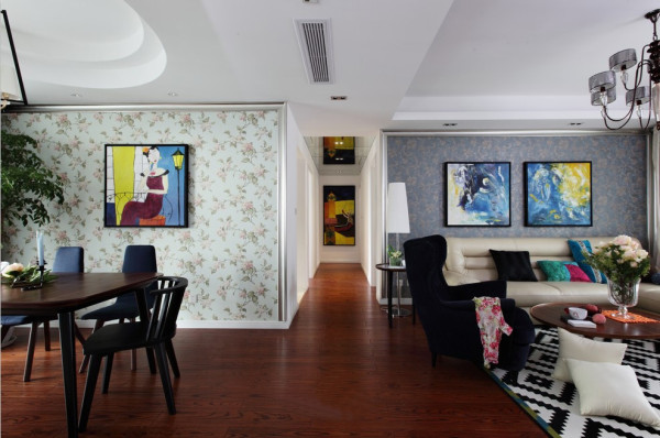 走廊:整个走廊并没有采用现在大多数做造型顶的做法,而是简简单单的平顶将餐厅和客厅区分开了,不但没有显得整体单调,反而更见凸显出了,业主简单明了的性格。型不在多,而在于精。