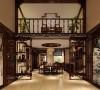 室内多采用对称式的布局方式,格调高雅,造型朴素优美,色彩浓厚而成熟。中国传统室内陈设包括字画、匾幅、盘景、陶瓷、古玩、屏风、博古架等,追求一种修身养性的生活境界。