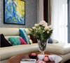 黑白相间的地毯,显得整个空间沉稳大气,彰显出业主的成熟稳重。粉色纱巾和色彩浓郁的抱枕,流露出胡姐内心的温柔体贴,对生活的美好向往。