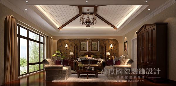 主卧,采用尖顶式吊顶,保留了原有的空间高度,床头背景用托斯卡纳特有的弧形做造型,用花式壁纸做搭配,整体给人舒适感。