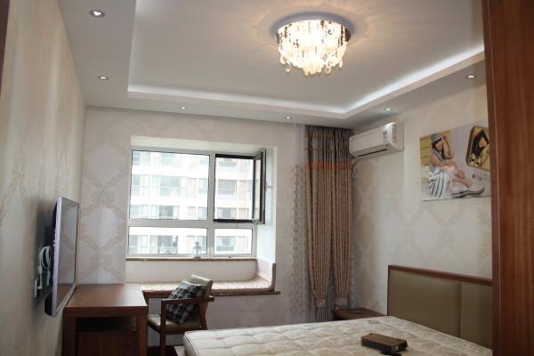 主卧室 设计理念:直线顶面间接光源的吊顶与整体墙面素色暗花壁纸的铺贴结合床头软包的处理,让整个睡眠空间温馨,柔和.