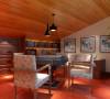 休闲区的麻将桌与书房做为一体,在休闲的同时可以看看书籍。利用房间最矮的地方作为书柜储藏区,大大的利用了空间。