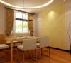 餐厅用圆形弧线吊顶,搭配浅黄色花纹壁纸,是这个不大的用餐空间显得简单、素雅。让主人在用餐时可以充分享受美食,不必被繁杂的饰品分走注意力。