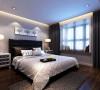 地毯和窗帘延续了灰色的主旋律,白色窗帘营造了一种清透的感觉,与厚重的大理石飘窗台面形成鲜明对比,新古典风格的床头和现代风格的吊灯让空间简约不失浪漫,而是别有一番韵味。