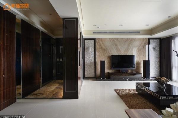客厅呈现大空间与大视野,电视墙立面采用帝诺大理石,两侧则搭配贝壳马赛克,闪烁质感蕴涵韵味。