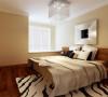 卧室的墙面用了暖色的米色调乳胶漆涂刷,地板也选用了暖色调的实木复合地板,让卧室更加的温暖。
