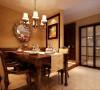 餐厅摆设整齐有序的餐具,透明的高脚杯,华丽的餐布,象征古典主义风格圆镜,都让人有身临其境的怀旧情愫。古典的餐桌在白色吊灯的辉映下体现出悠久而深远的文化内涵。