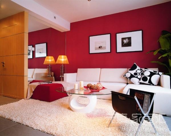 简单的吊顶,红色的背景墙,白色的沙发,是整个空间看起来简答大气,富有时尚感。