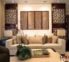 客厅沙发背景展示,雕花隔断式的装饰体现出中式浓浓的韵味,每一处都是一景。