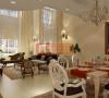 白色的桌椅搭配上深色条纹纹的坐垫,精巧的水晶吊灯,墙上点缀上衣服艺术画,使餐厅充满了一种时尚感。
